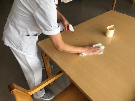 テーブルを消毒する 1