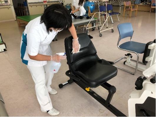 椅子を消毒する